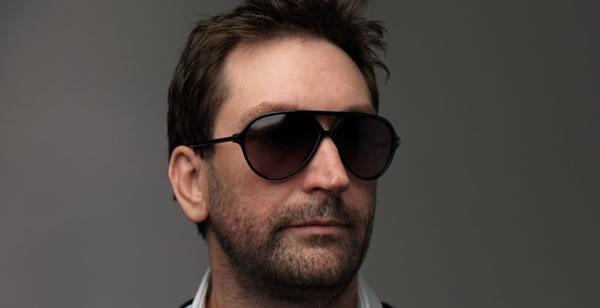「Leslie Benzies」